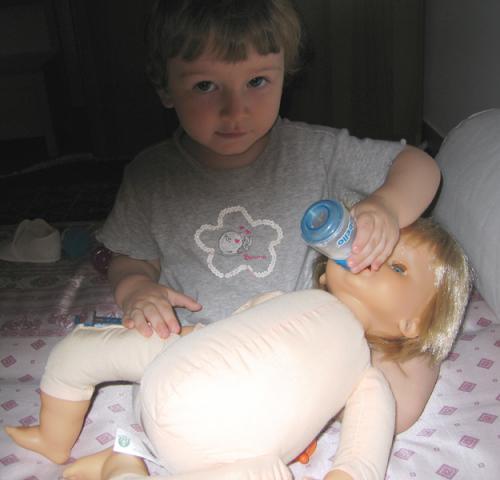 2009 07 Luglio Maia con bambolotto